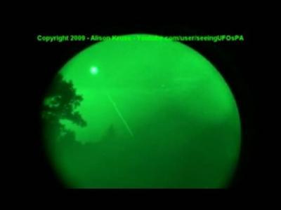 夜视仪拍到神秘UFO发射激光
