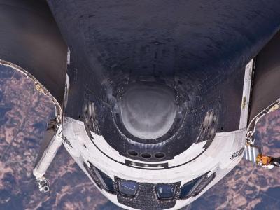 亚特兰蒂斯号航天飞机执行一个后空翻