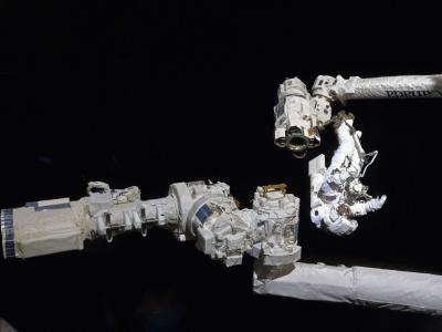 STS-132任务宇航员太空作业
