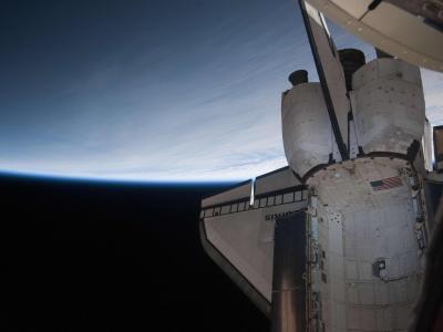 亚特兰蒂斯号航天飞机与地球地平线