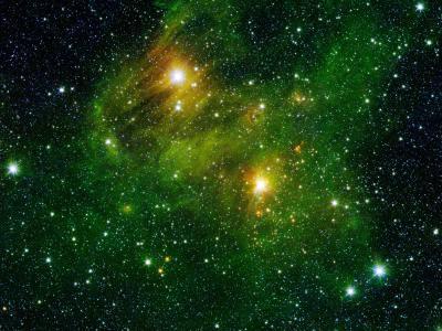"""两颗明亮的恒星照亮了银河系外缘的云状""""煤烟"""""""