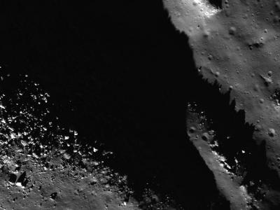 月球上阿那可萨格拉陨石坑的底部