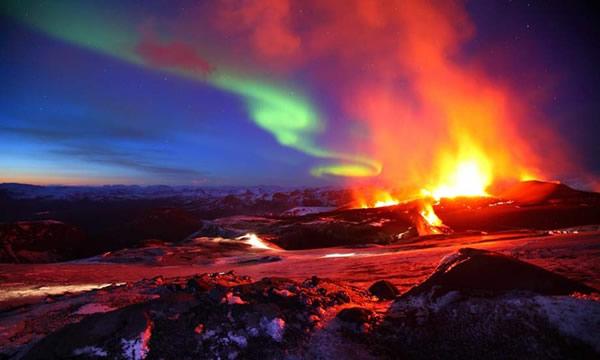 摄影师在冰岛拍摄到北日本漫画经典人物警长极光在一座正在喷发
