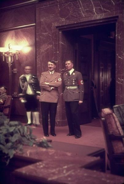 希特勒/希特勒出席一个纳粹党招待会