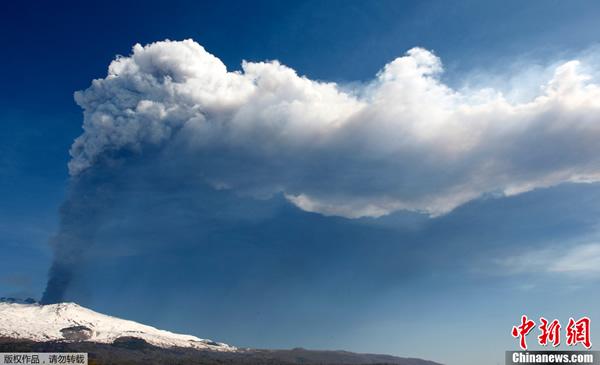 意大利西西里岛埃特纳火山再次喷发