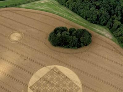 英国汉普郡再次出现神秘麦田怪圈