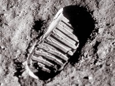 1969年美国宇航员阿姆斯特朗实现人类首次登月的视频