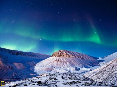 斯瓦尔巴特群岛朗伊尔城上空的北极光
