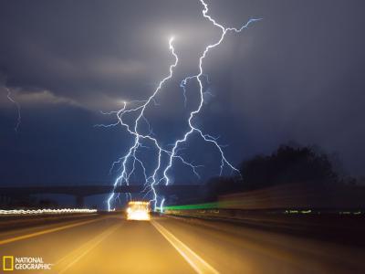 闪电袭击地面的壮观景象