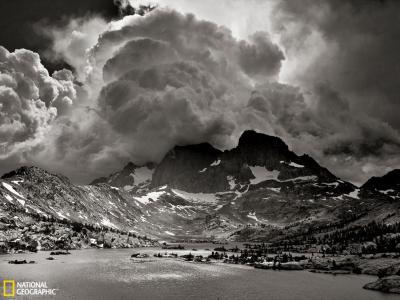 美国嘉內湖上空的震撼雷暴云