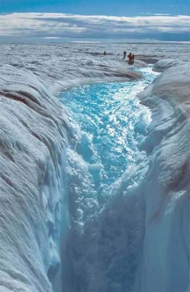 格陵兰岛冰盖上由于冰川融化形成的水流