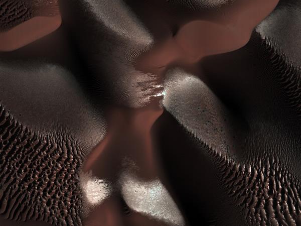 火星表面陨石坑内的沙丘