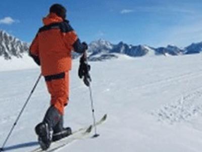 为纪念南极探险先驱 英国大学生抵达南极点