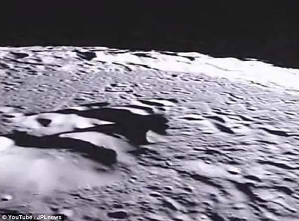 """美国宇航局""""埃布""""探测器前置摄像头拍摄到的月球表面"""