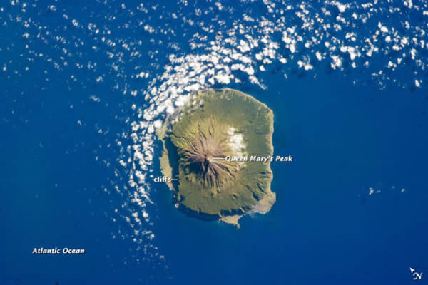 航拍照片展示南大西洋特里斯坦-达库尼亚岛的美丽景象