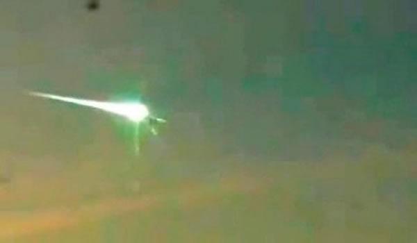 视频显示不明飞行物曾追上并击穿坠落俄罗斯的陨石