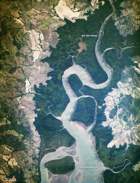 这张照片显示了巴拿马的圣巴勃罗河,该河注入巴拿马贝拉瓜斯(Veraguas)的Golfo de Montijo湾。  <br>(请注意,这幅照片经过旋转,北方朝向右上。  <br>)