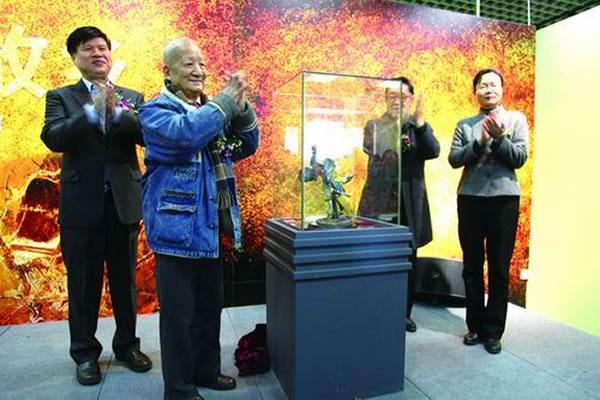 贾跃明、吴新智、孙文盛、陈小宁(从左到右)为赫氏近鸟龙雕塑揭幕