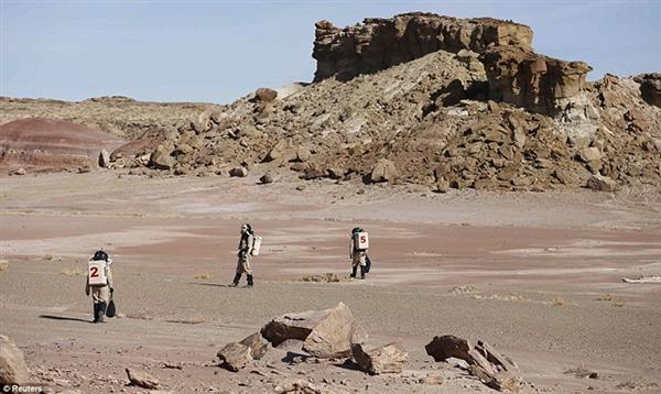 美国科学家在沙漠模拟火星生活
