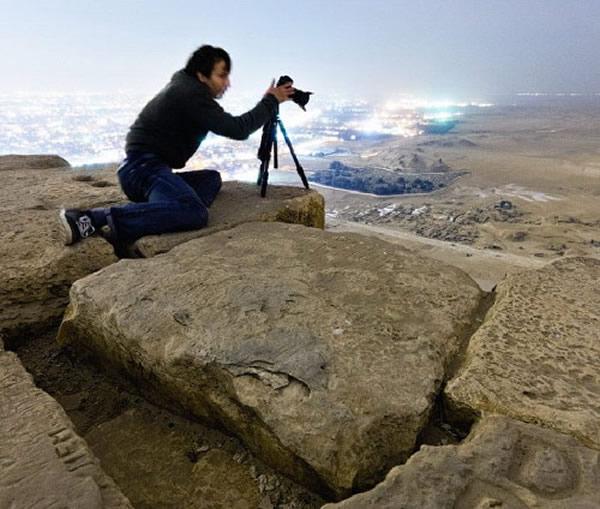 俄罗斯游客偷偷爬上胡夫金字塔顶端