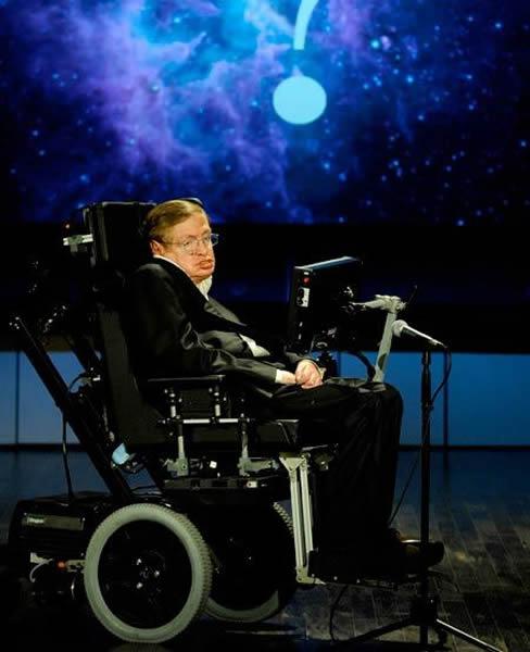 """这张照片拍摄于2008年4月21日,当时霍金教授正在就""""我们为何要进入太空?""""这一议题发表演讲。该演讲是美国宇航局系列演讲的一部分"""