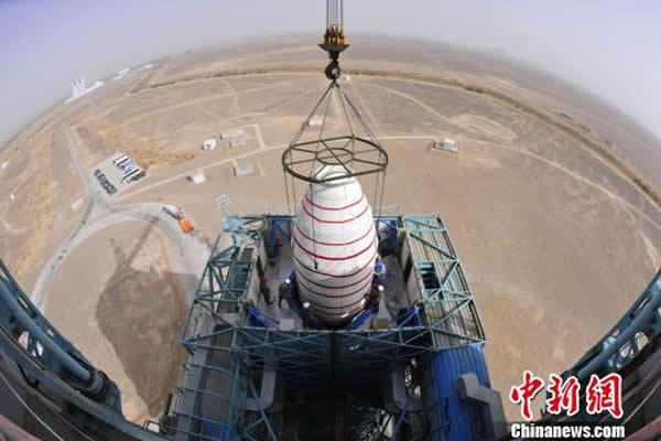 """图为发射前夕,""""高分一号""""卫星与运载火箭在发射塔架进行对接。"""