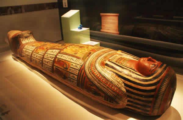 """在新加坡滨海湾金沙艺术科学博物馆展出的""""木乃伊:古墓之谜""""古埃及文物展中,展出的木乃伊。"""
