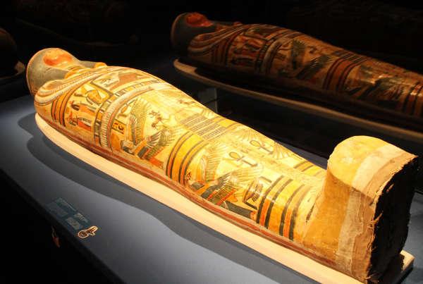 """在新加坡滨海湾金沙艺术科学博物馆展出的""""木乃伊:古墓之谜""""古埃及文物展中,镇展之宝牧师内斯佩伦努布的木乃伊"""