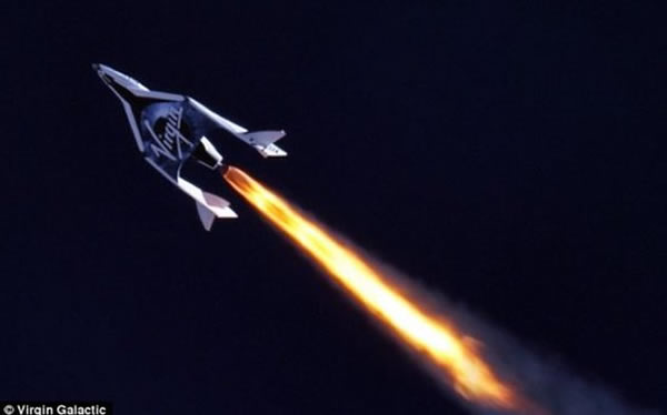 太空船2号有动力飞行测试的照片,可以清楚看到发动机热焰从尾喷口喷出