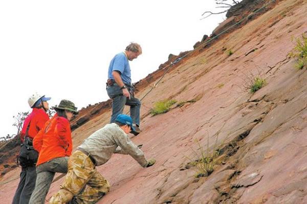 5月4日,专家对岩壁上的昭觉恐龙足迹化石进行考察。