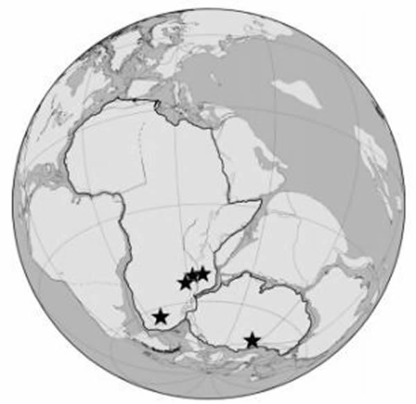 这是一张盘古大陆的古地理图,图中的五角星表示大部分二叠纪和三叠纪化石发现的地点。