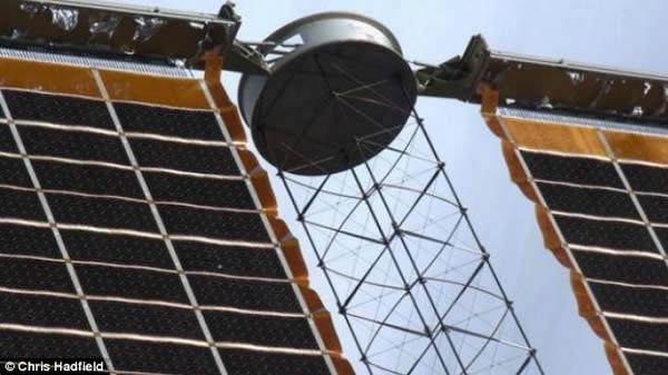 哈德菲尔德目击了国际空间站太阳能电池板的小弹孔