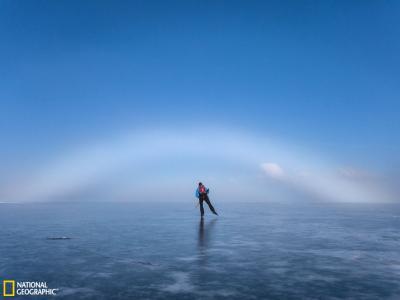 瑞典冰面上空出现的美丽雾虹