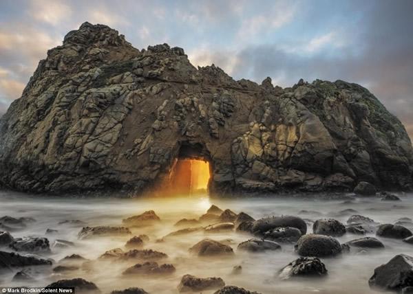 美国加州海滩一年一现神秘橙光奇观