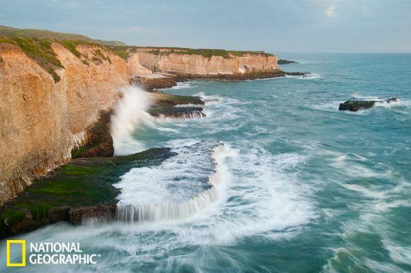 浪花拍打在加州蒙特利湾的悬崖峭壁上