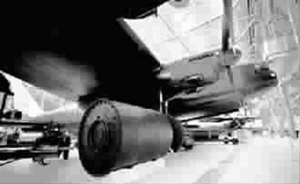 """兰开斯特重型轰炸机和特别研制的圆桶形""""跳弹"""""""
