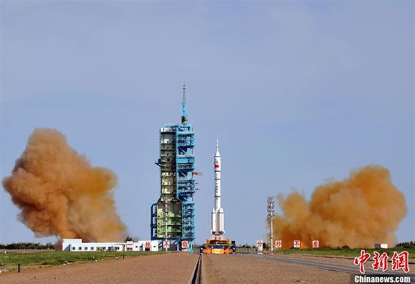 6月11日傍晚,神舟十号载人飞船在酒泉卫星发射中心中国载人航天发射场顺利点火升空,聂海胜、张晓光、王亚平3名航天员搭乘飞天。