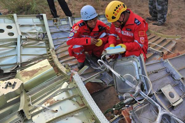 残骸搜索组在金鸡滩镇白舍牛滩一片空地上发现了首片整流罩残骸