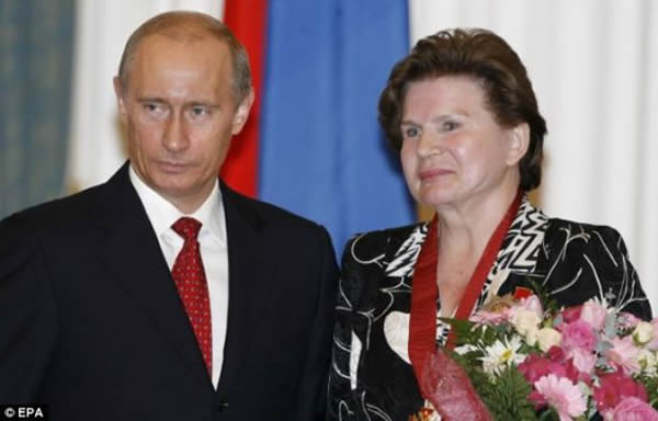 在结束太空飞行之后,捷列什科娃步入政坛。照片在2007年拍摄,俄罗斯总统普京向捷列什科娃颁发一枚勋章,以表彰她为国家做出的杰出贡献