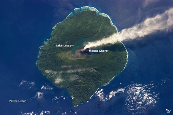 卫星照片展示南太平洋加乌火山爆发的景象
