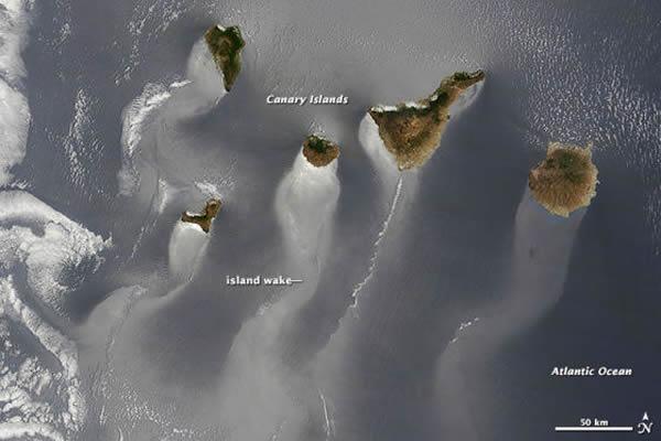 卫星照片展示西班牙加那利群岛及其周围海域的别致景象
