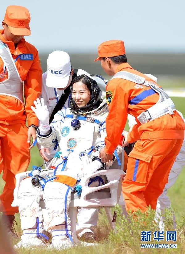 女航天员王亚平自主出舱后挥手致意