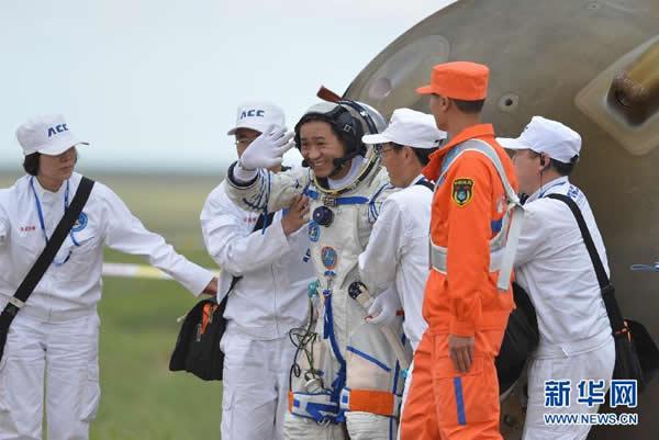 航天员聂海胜自主出舱后挥手致意