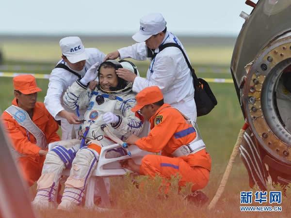 航天员张晓光自主出舱后敬礼