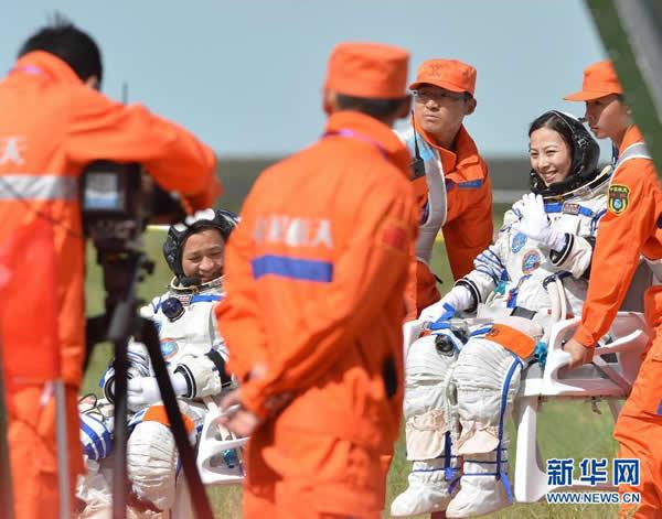 女航天员王亚平(右)自主出舱后挥手致意