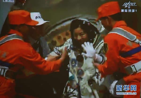 6月26日,神舟十号载人飞船返回舱在内蒙古主着陆场成功着陆。这是北京航天飞行控制中心大屏幕显示,航天员王亚平出舱。