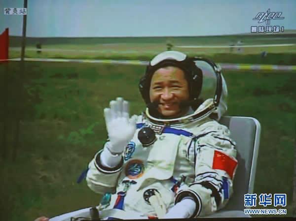 北京航天飞行控制中心大屏幕显示,航天员聂海胜出舱。