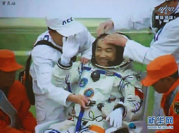北京航天飞行控制中心大屏幕显示,航天员张晓光自主出舱。