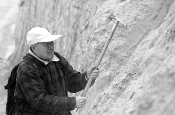 几年前,中科院地质与地球物理研究所研究员袁宝印在深沪湾考察。