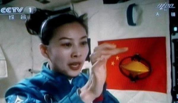 航天员王亚平在演示陀螺效应